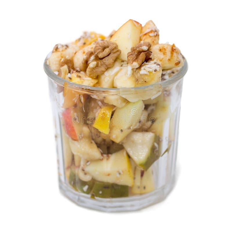 Κύπελλο της σαλάτας φρούτων που απομονώνεται στο λευκό στοκ εικόνα