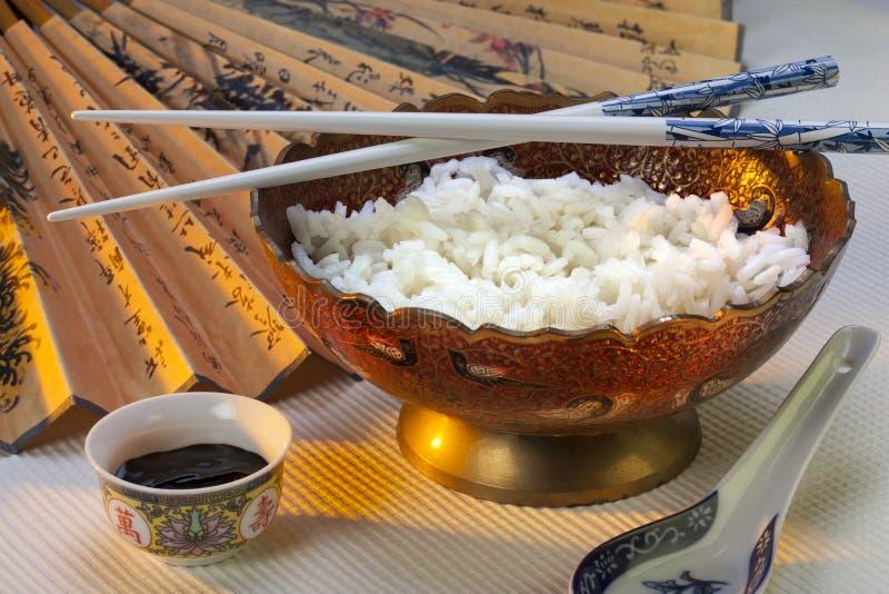 Κύπελλο του ρυζιού με chopsticks στοκ φωτογραφίες