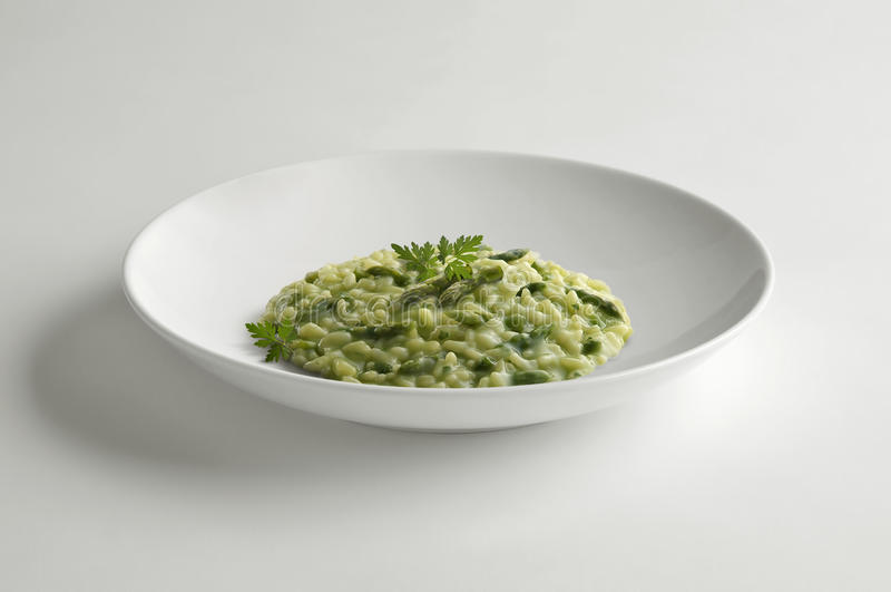 Κύπελλο του risotto με το σπαράγγι στοκ φωτογραφία με δικαίωμα ελεύθερης χρήσης