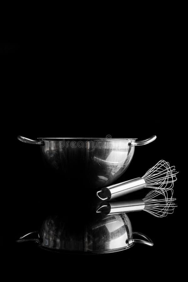 Κύπελλο χάλυβα με το μουστάκι από την πλευρά με την κατακόρυφο αντανάκλασης στοκ εικόνες