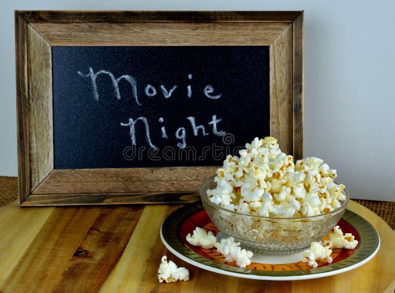 Κύπελλο popcorn για τη νύχτα κινηματογράφων στοκ εικόνες