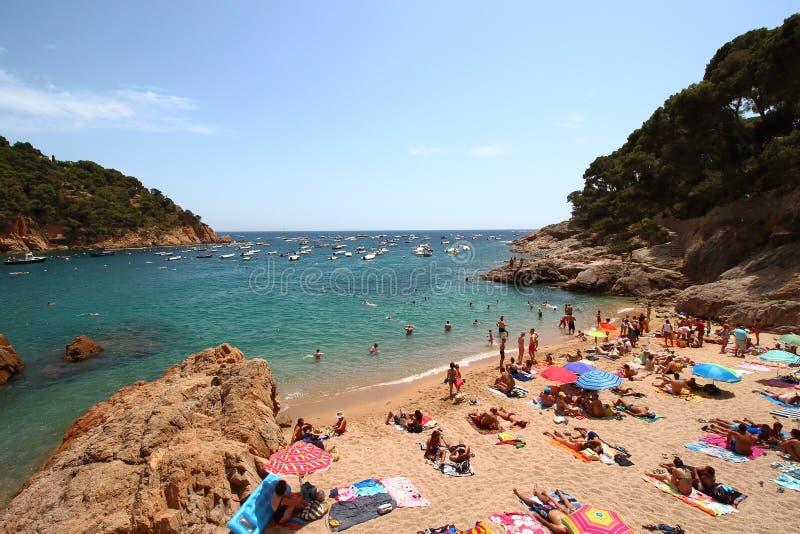 Κύρια άποψη της crowdy παραλίας Tamariu, Κόστα Μπράβα, Καταλωνία, Ισπανία στοκ εικόνες