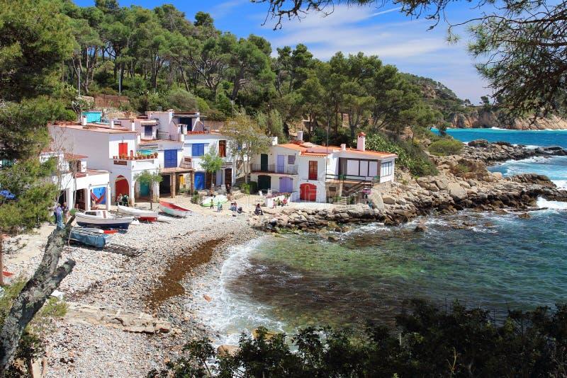 Κύρια άποψη cala s ` Alguer, μια καλή παραλία που περιβάλλεται από τα παραδοσιακά άσπρα κτήρια ψαράδων ` s με τις ζωηρόχρωμα πόρτ στοκ εικόνες με δικαίωμα ελεύθερης χρήσης