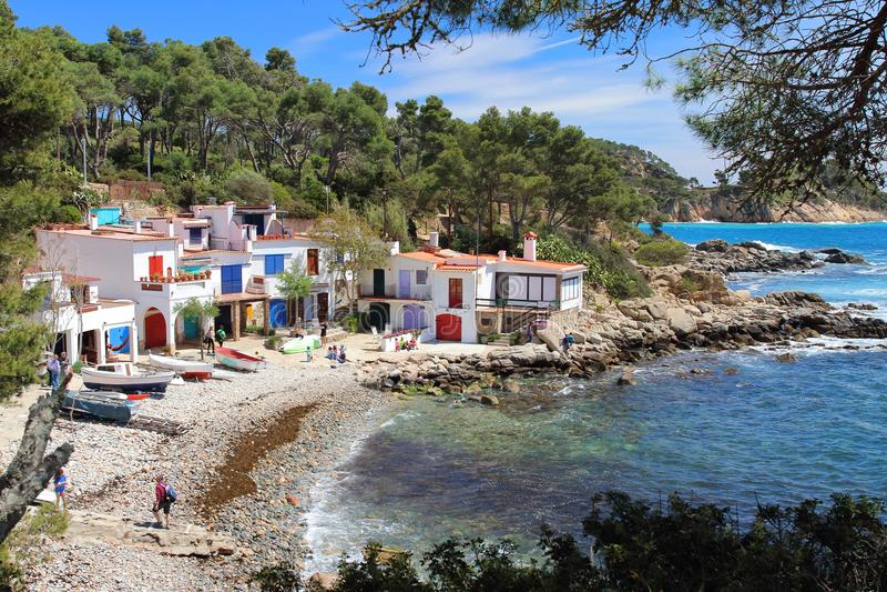 Κύρια άποψη cala s ` Alguer, μια καλή παραλία που περιβάλλεται από τα παραδοσιακά άσπρα κτήρια ψαράδων ` s με τις ζωηρόχρωμα πόρτ στοκ εικόνα με δικαίωμα ελεύθερης χρήσης