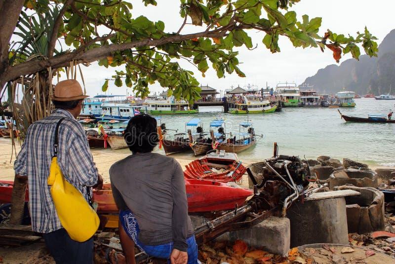 Κύρια αποβάθρα του τροπικού ταϊλανδικού νησιού που ονομάζεται Phiphi, με τις ζωηρόχρωμες βάρκες longtail μερών στην Ταϊλάνδη στοκ εικόνες με δικαίωμα ελεύθερης χρήσης