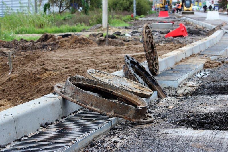κύρια επισκευή του δρόμου στα περίχωρα της πόλης και της προετοιμασίας για την εγκατάσταση των πορτών και των υδρορροών στοκ εικόνες