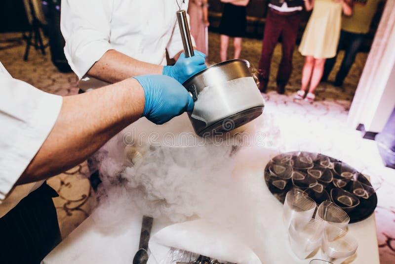 Κύρια κατηγορία κατασκευής του φυσικού παγωτού φρούτων mak ζαχαροπλαστών στοκ εικόνες