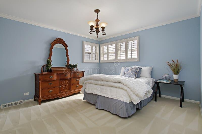 Κύρια κρεβατοκάμαρα με τους ανοικτό μπλε τοίχους στοκ εικόνες