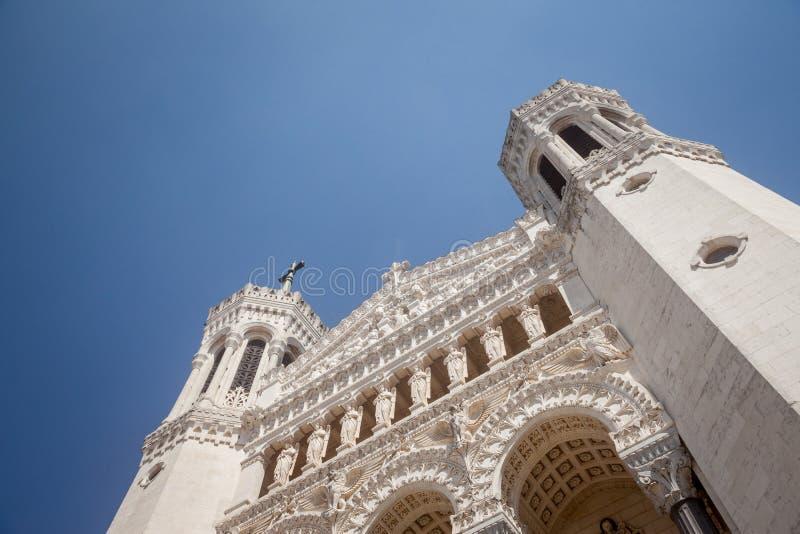 Κύρια πρόσοψη της εκκλησίας Basilique Notre Dame de Fourviere Basilica στη Λυών, Γαλλία, κατά τη διάρκεια ενός ηλιόλουστου απογεύ στοκ φωτογραφία με δικαίωμα ελεύθερης χρήσης