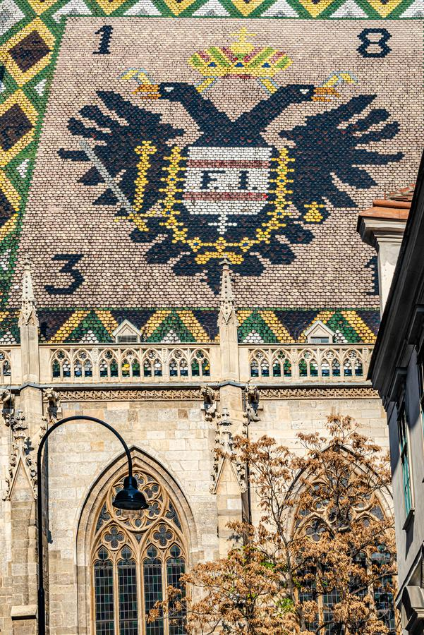 Κύρια πρόσοψη του καλύτερου καθεδρικού ναού Αγίου Stephen της πόλης στη Βιέννη, Αυστρία, κινηματογράφηση σε πρώτο πλάνο στοκ εικόνα
