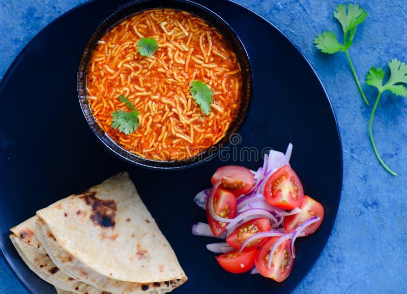 Κύρια σειρά μαθημάτων-Sev ντομάτα κουζίνας Gujarati NU shak με το roti στοκ φωτογραφίες με δικαίωμα ελεύθερης χρήσης