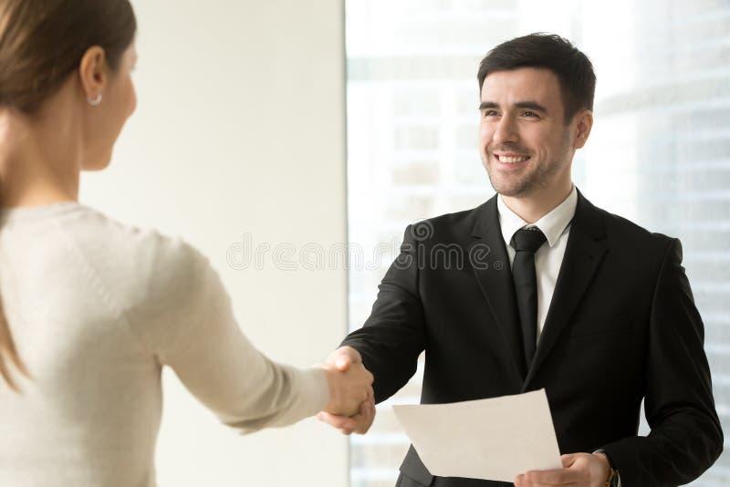 Κύρια συγχαίροντας γυναίκα υπάλληλος με την προώθηση στοκ εικόνα