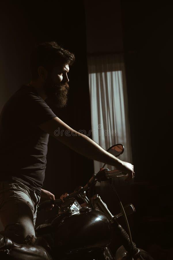 Κύριοι ταχύτητας κτυπήστε τους κυρίους ταχύτητας με τη μοτοσικλέτα ένας από τους κυρίους ταχύτητας έχει τη μακριά γενειάδα το καλ στοκ εικόνες