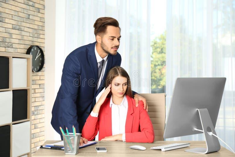 Κύριος κακοποιώντας το θηλυκό γραμματέα του στην αρχή στοκ φωτογραφία με δικαίωμα ελεύθερης χρήσης