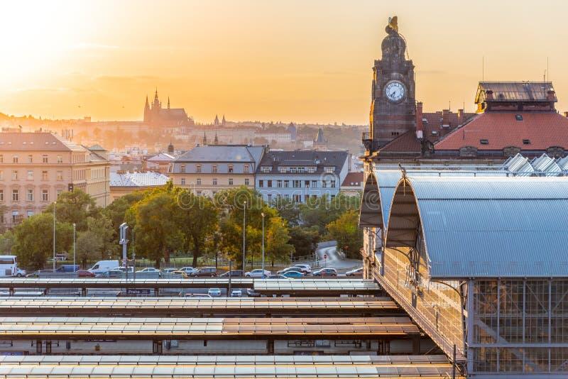 Κύριος σταθμός τρένου της Πράγας, nadrazi Hlavni, με τα ιστορικά κτήρια και το Κάστρο της Πράγας στο υπόβαθρο στο χρόνο ηλιοβασιλ στοκ εικόνα με δικαίωμα ελεύθερης χρήσης