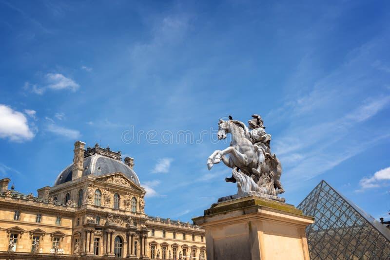 Κύριο προαύλιο του παλατιού του παλατιού του Λούβρου με ένα ιππικό άγαλμα του βασιλιά Louis XIV στο Παρίσι Γαλλία στοκ φωτογραφία