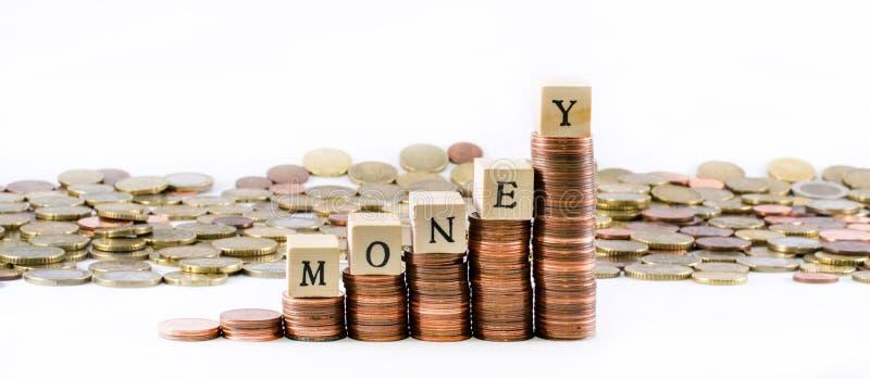 Κύλινδροι των ευρο- νομισμάτων και των χρημάτων λέξης που διαμορφώνονται από τους ξύλινους μικρούς κύβους στοκ εικόνες με δικαίωμα ελεύθερης χρήσης