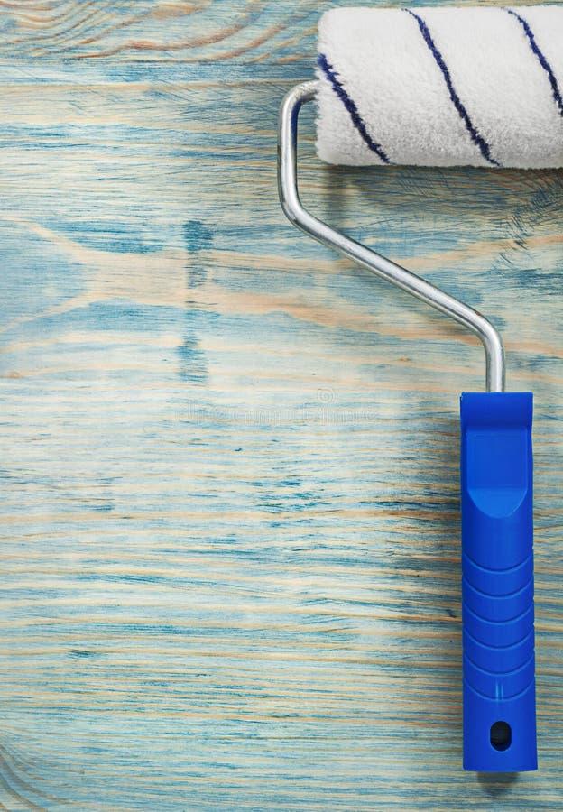 Κύλινδρος χρωμάτων στην ξύλινη έννοια κατασκευής άποψης πινάκων στενή επάνω στοκ φωτογραφία με δικαίωμα ελεύθερης χρήσης