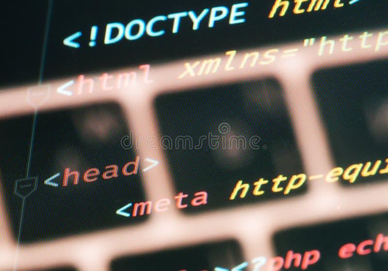 Κώδικας εγγράφων HTML με την κινηματογράφηση σε πρώτο πλάνο πληκτρολογίων στην οθόνη στοκ εικόνες