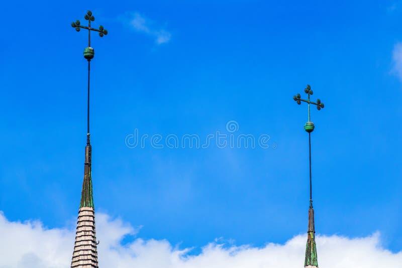 Κώνος εκκλησιών τριφυλλιού δέντρων ο ουρανός στοκ φωτογραφία