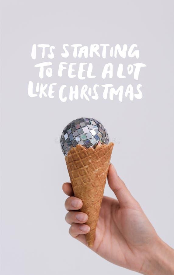 Κώνος παγωτού με τη σφαίρα Χριστουγέννων διανυσματική απεικόνιση
