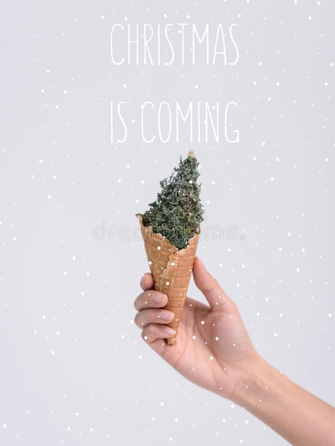 κώνος παγωτού με το χριστουγεννιάτικο δέντρο ελεύθερη απεικόνιση δικαιώματος