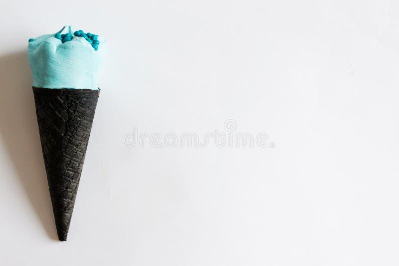 Κώνος παγωτού σε ένα άσπρο υπόβαθρο Δημιουργικός ελάχιστος Κινηματογράφηση σε πρώτο πλάνο κώνων παγωτού Γλυκιά έννοια επιλογών Κα στοκ εικόνες