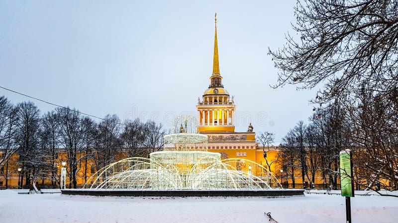 Κώνος της χειμερινής άποψης οικοδόμησης ναυαρχείου με το φωτισμό του νέου έτους, Άγιος Πετρούπολη, Ρωσία στοκ φωτογραφία