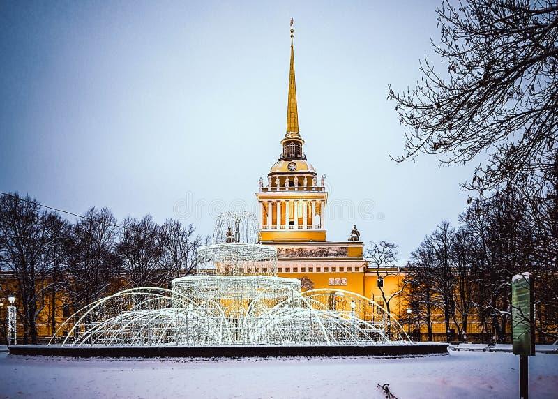 Κώνος της χειμερινής άποψης οικοδόμησης ναυαρχείου με το φωτισμό του νέου έτους, Άγιος Πετρούπολη, Ρωσία στοκ φωτογραφία με δικαίωμα ελεύθερης χρήσης