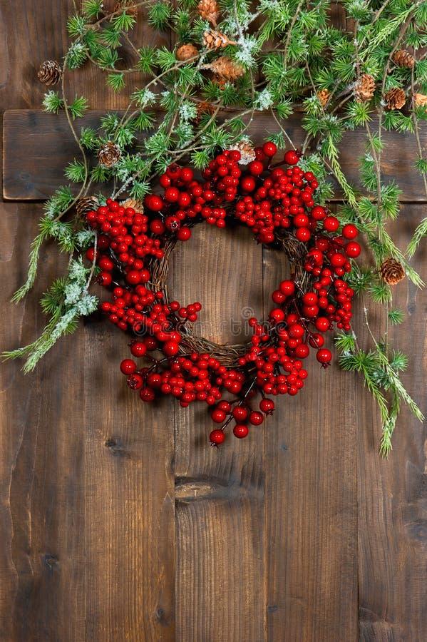 Κλάδοι και στεφάνι χριστουγεννιάτικων δέντρων από τα κόκκινα μούρα εορταστικός Δεκέμβριος στοκ εικόνα με δικαίωμα ελεύθερης χρήσης