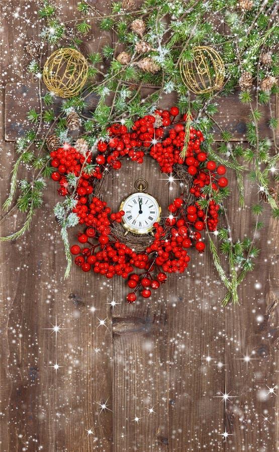Κλάδοι και στεφάνι χριστουγεννιάτικων δέντρων από το κόκκινο berrie στοκ εικόνα με δικαίωμα ελεύθερης χρήσης