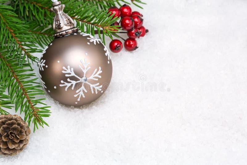 Download Κλάδος χριστουγεννιάτικων δέντρων με τη σφαίρα στο χιόνι Στοκ Εικόνες - εικόνα από εορταστικός, closeup: 62714822