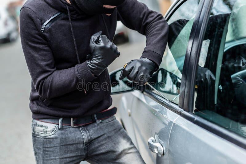 Κλέφτης αυτοκινήτων, κλοπή αυτοκινήτων στοκ φωτογραφίες