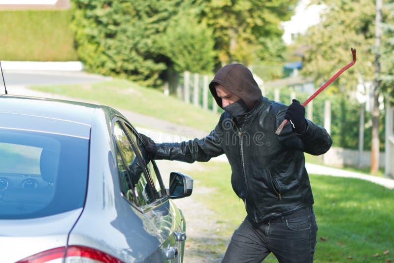 Κλέφτης που κλέβει ένα αυτοκίνητο ελεύθερη απεικόνιση δικαιώματος