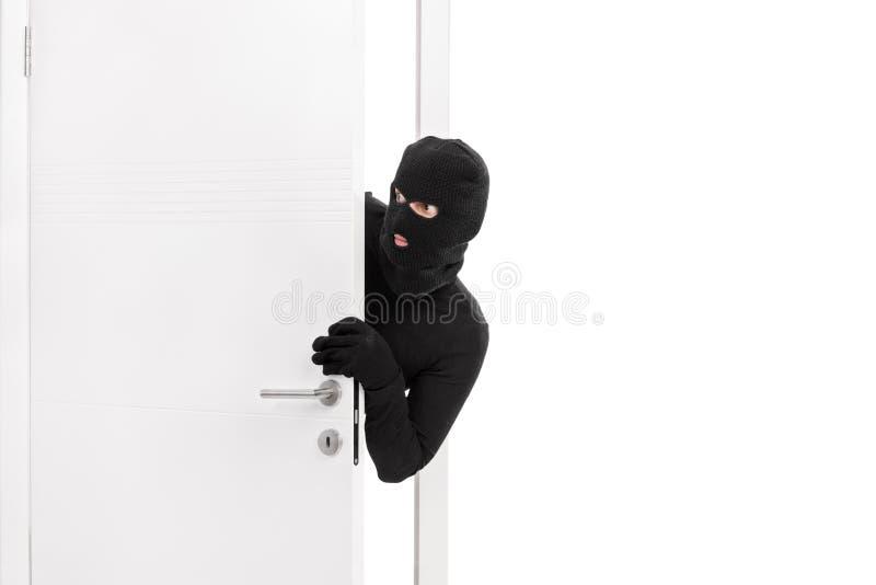 Κλέφτης που σπάζει σε ένα δωμάτιο και προσεκτικά που κοιτάζει γύρω στοκ εικόνες με δικαίωμα ελεύθερης χρήσης