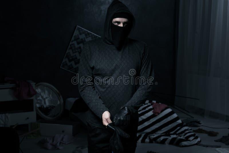 Κλέφτης σε ένα σκοτεινό δωμάτιο στοκ φωτογραφία