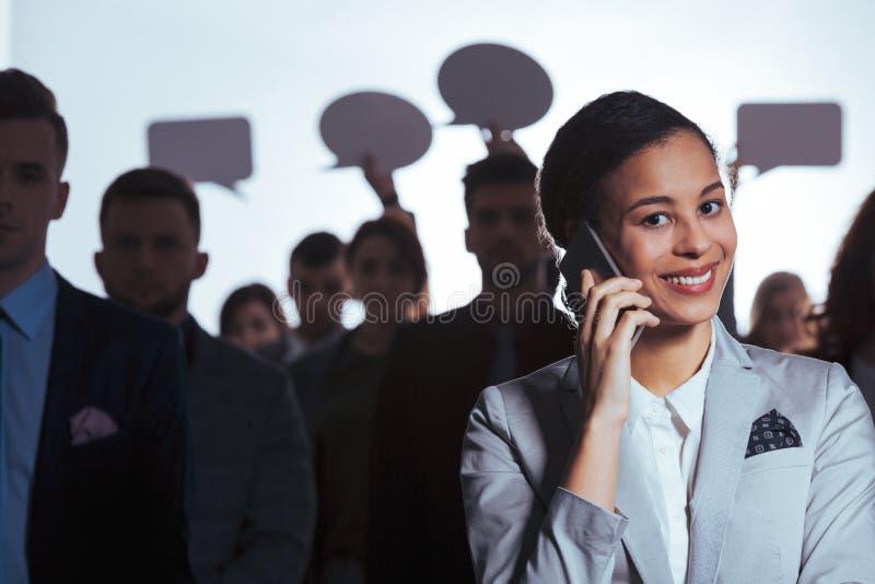 Κλήση επιχειρηματιών χαμόγελου στοκ εικόνα με δικαίωμα ελεύθερης χρήσης