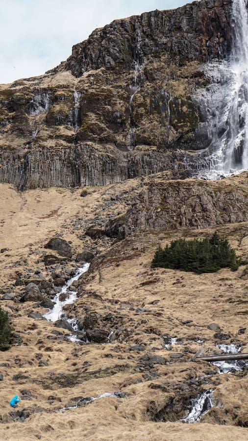 Κλίμακα ατόμων οδοιπορίας με το μεγαλοπρεπές μέγεθος βουνών καταρρακτών Πώς po στοκ φωτογραφία με δικαίωμα ελεύθερης χρήσης