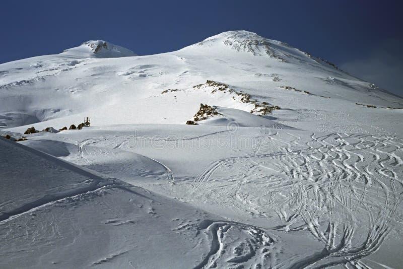 Κλίσεις σκι της ΑΜ Elbrus 5642m το υψηλότερο βουνό της Ευρώπης στοκ φωτογραφία