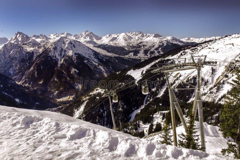 Κλίση σκι Ροδανού Alpes με το καλώδιο βουνών στοκ εικόνες