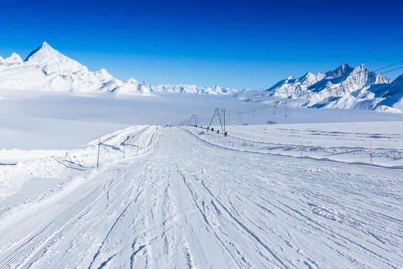 Κλίση σκι στα βουνά Ηλιόλουστο χειμερινό τοπίο στοκ εικόνα
