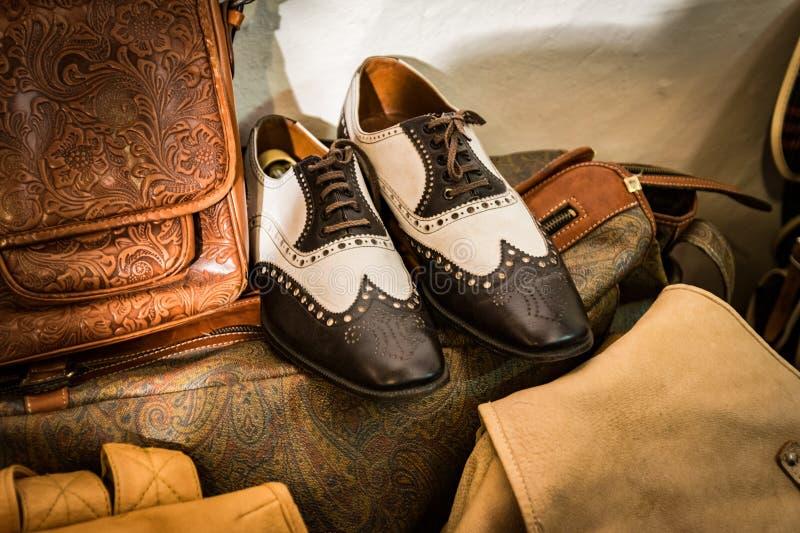 Κλασικά παπούτσια χειροποίητα σε ένα ιταλικό κατάστημα στοκ φωτογραφίες