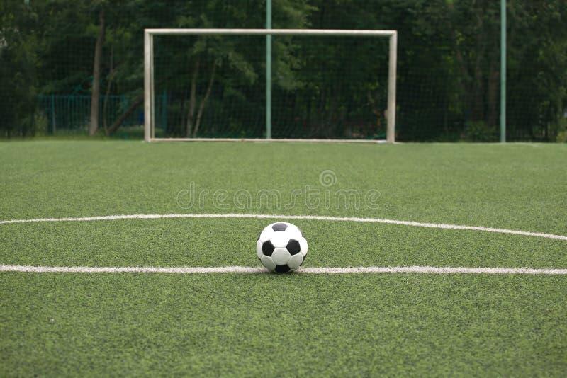 Κλασική γραπτή σφαίρα για το παιχνίδι του ποδοσφαίρου στο χώρο αθλήσεων στοκ εικόνα με δικαίωμα ελεύθερης χρήσης