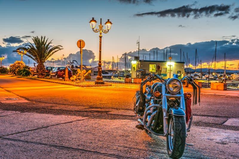 Κλασική μοτοσικλέτα στο λιμάνι Alghero στοκ εικόνες