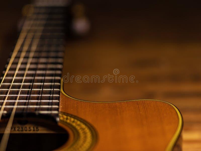 Κλασική ξύλινη άποψη κινηματογραφήσεων σε πρώτο πλάνο σωμάτων κιθάρων στοκ φωτογραφία