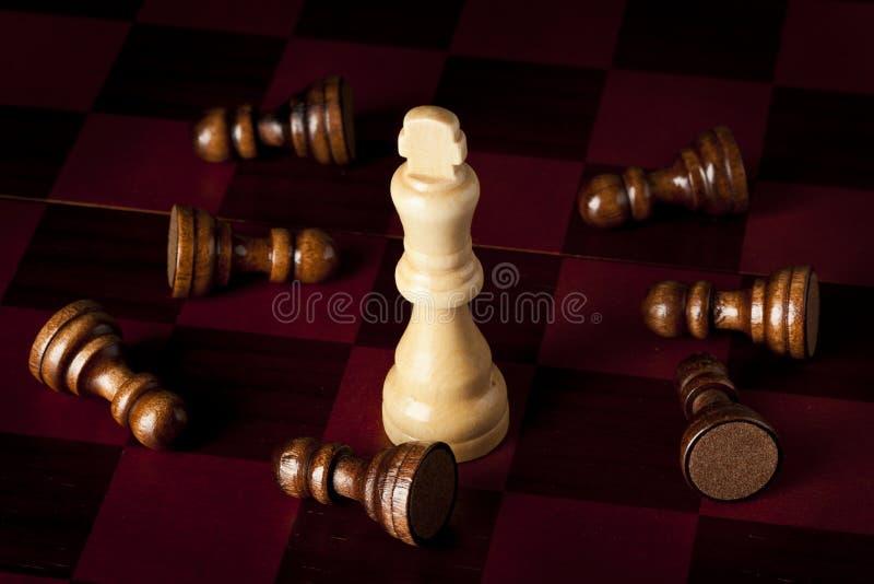 Κλασική ξύλινη σκακιέρα με τα κομμάτια σκακιού στοκ φωτογραφία