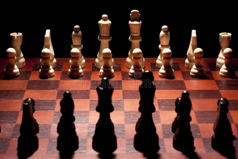 Κλασική ξύλινη σκακιέρα με τα κομμάτια σκακιού στοκ εικόνες