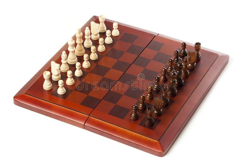 Κλασική ξύλινη σκακιέρα με τα κομμάτια σκακιού στοκ εικόνες με δικαίωμα ελεύθερης χρήσης
