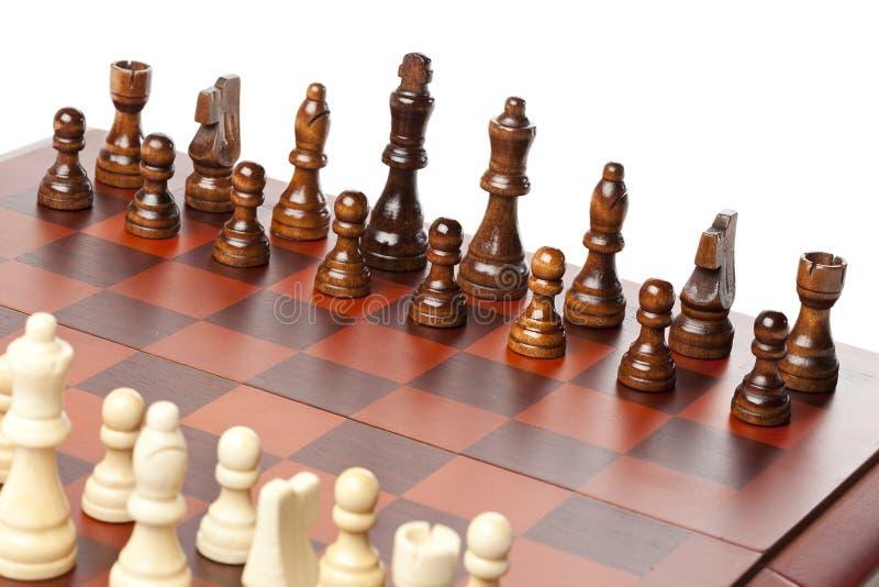 Κλασική ξύλινη σκακιέρα με τα κομμάτια σκακιού στοκ εικόνα με δικαίωμα ελεύθερης χρήσης