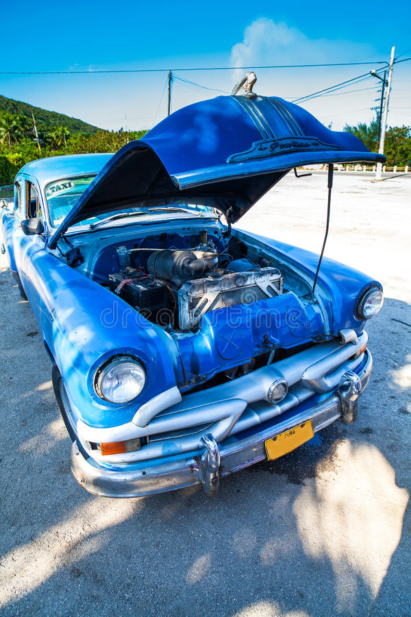 Κλασικό αμερικανικό αυτοκίνητο της Κούβας με την ανοικτή μπροστινή άποψη κουκουλών στοκ εικόνες με δικαίωμα ελεύθερης χρήσης
